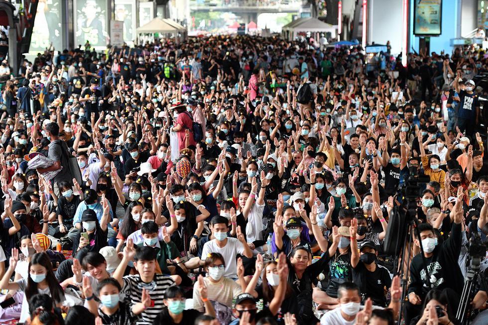 """Los manifestantes levantan el saludo de tres dedos durante una manifestación de """"Malos estudiantes"""" en Bangkok. (Mladen ANTONOV/AFP)."""