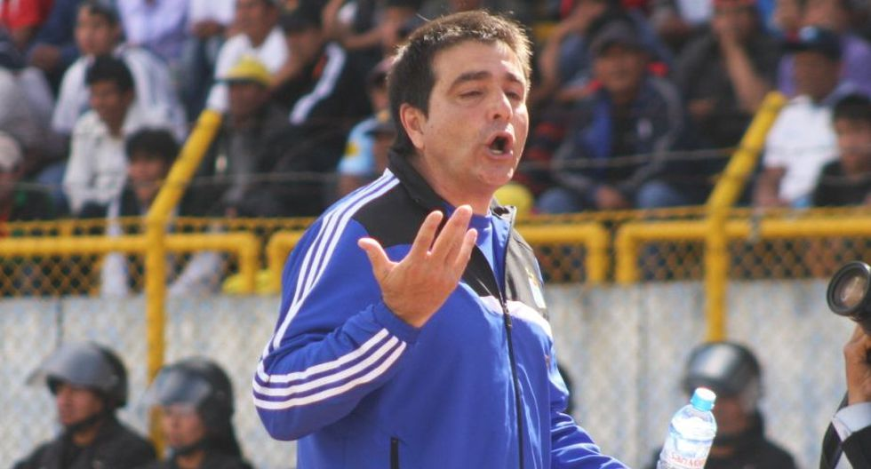 """Claudio Vivas: """"No me puedes meter el micrófono en un momento de calentura. Como no jugaste nunca al fútbol, no sabes lo que es esto""""."""