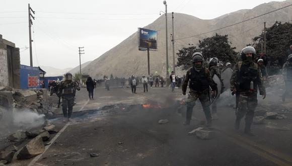 Desde las 9:00 de la mañana, se generó un enfrentamiento entre efectivos y alrededor de 50 manifestantes. (GEC/ Lino Mamani)