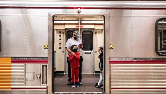 Una familia con máscaras faciales ingresa al metro en la estación Pershing Square en medio de la pandemia de coronavirus en Los Ángeles, California, Estados Unidos. (Foto: EFE/Etienne Laurent)