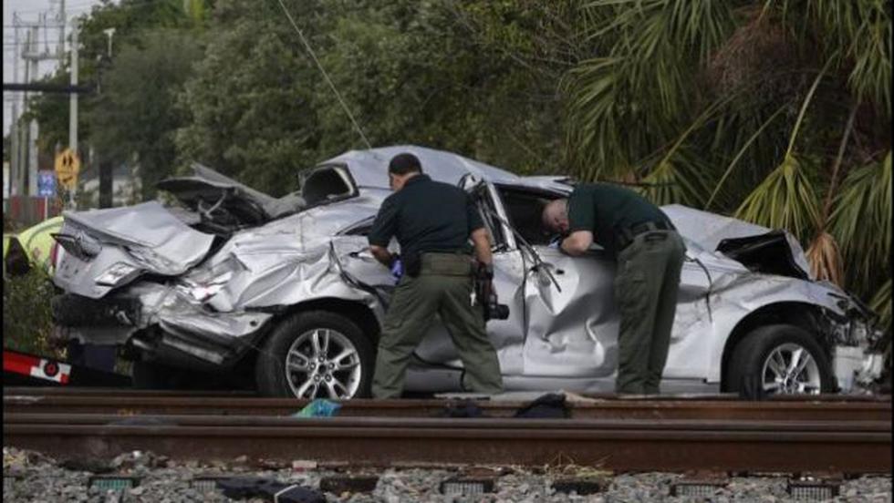 El carro quedó destrozado tras estrellarse contra una berma y volcarse. (Twitter/@elnuevoherald)