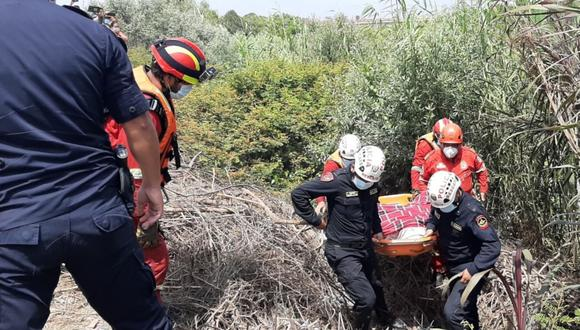 La Libertad: con ayuda de los bomberos el cuerpo fue sacado del agua y en una carrosa de una funeraria entregado a sus familiares. (Foto: PNP)