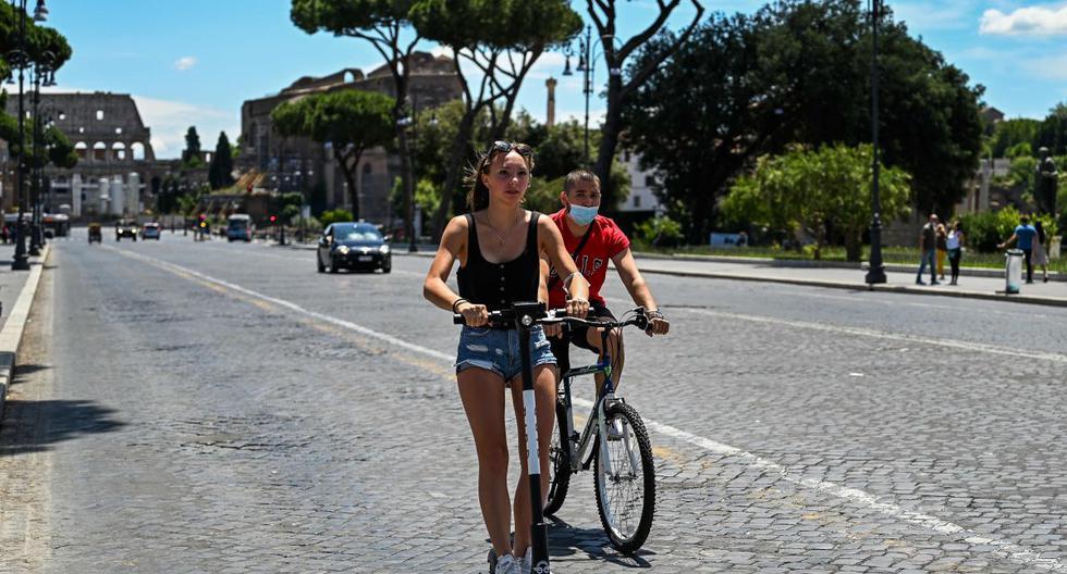 Gracias a un fin de semana muy soleado, miles de usuarios, en su mayoría jóvenes, se desplazaron entre las callejuelas y los magníficos monumentos del casco histórico de la capital italiana, comenzando por la Vía Imperial y el Coliseo. (AFP/VINCENZO PINTO).