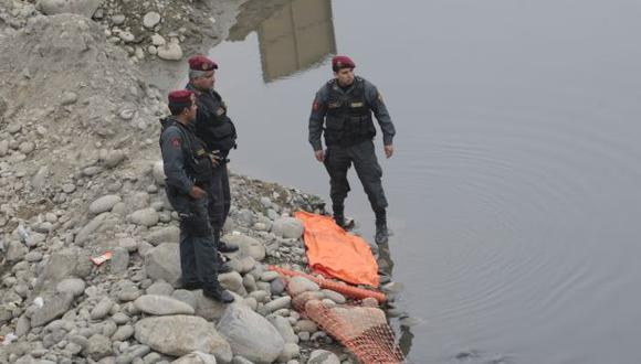 Policías recuperaron el cadáver. (Rolando Ángeles/Trome)