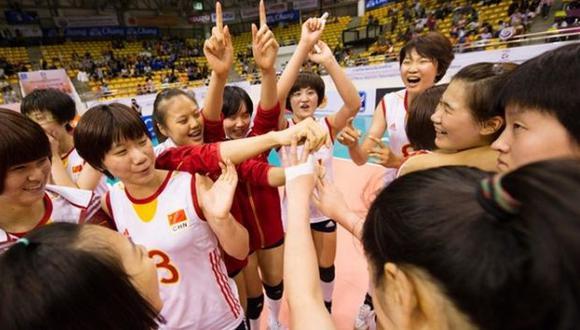 Las chinas celebras su triunfo sobre EEUU. (FIVB)