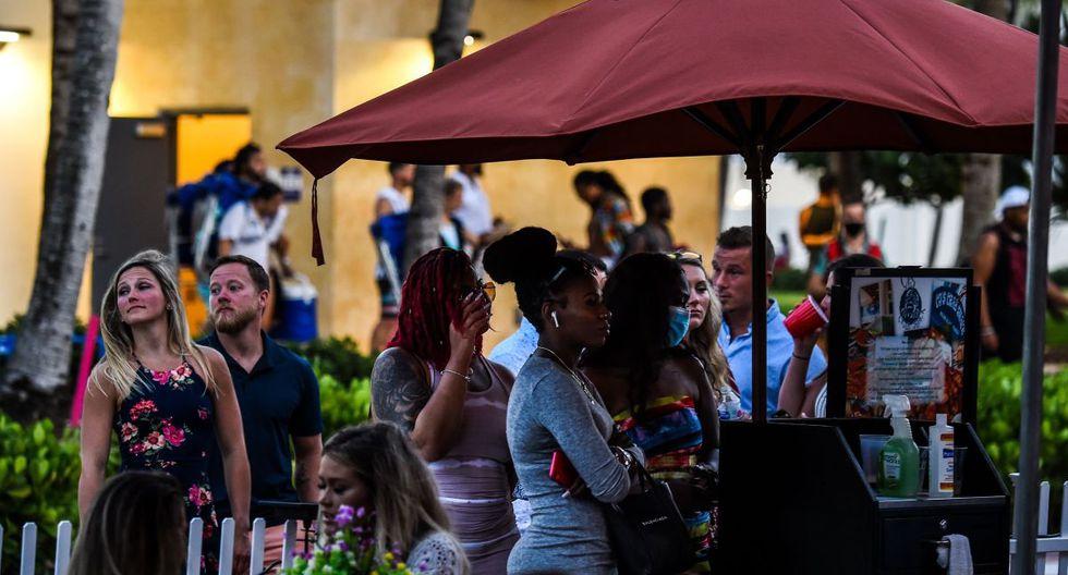 Los adultos jóvenes en Florida están alimentando un aumento peligroso en infecciones por COVID-19. Sintiéndose inmortales, estas personas enloquecidas y divertidas están encontrando formas de reunirse y divertirse. (AFP/CHANDAN KHANNA).