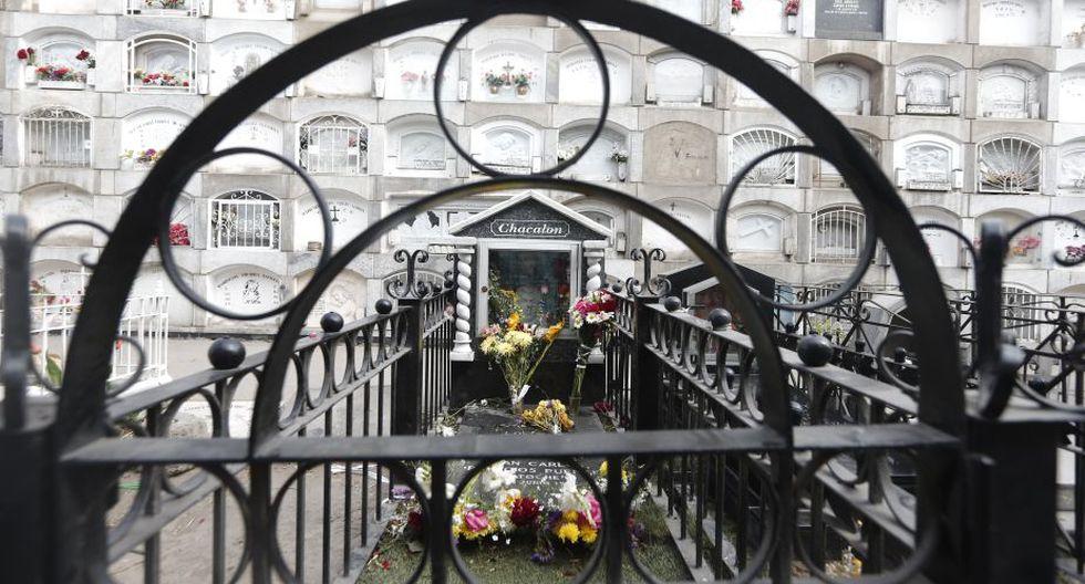 La tumba de Lorenzo Palacios 'Chacalón' es una de los más visitados en el cementerio El Ángel (Renzo Salazar).