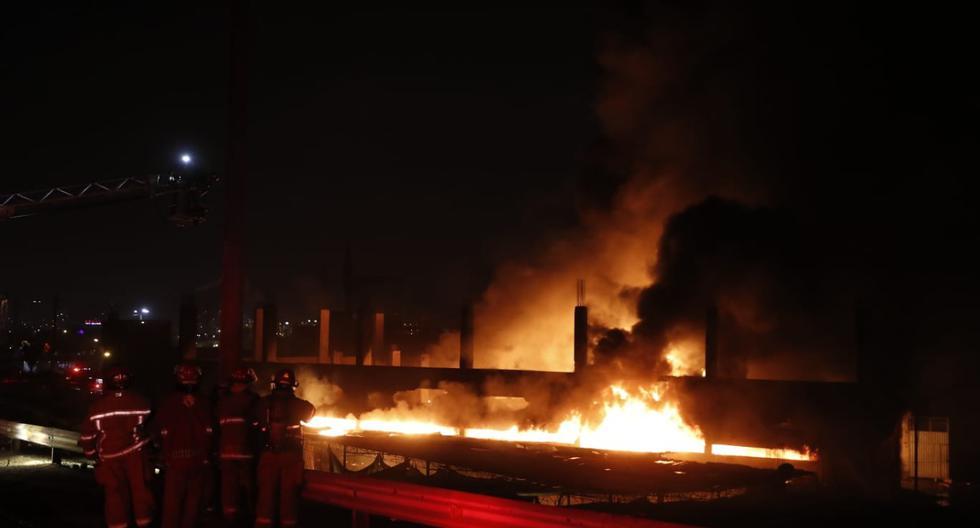 El Agustino: un gran incendio se registra en almacén situado en la Vía de Evitamiento (HugoPerez/GEC)