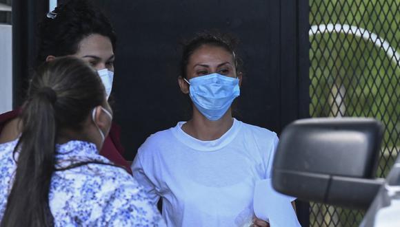 La salvadoreña Sara Rogel (de blanco) habla con familiares luego de ser liberada del Centro Penal Zacatecoluca, en El Salvador.  (Foto: Marvin RECINOS / AFP)