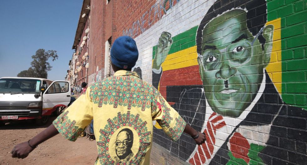 06 de septiembre de 2019. Un hombre se encuentra junto a un mural que representa a Robert Mugabe, en Harare. (Foto: AFP)