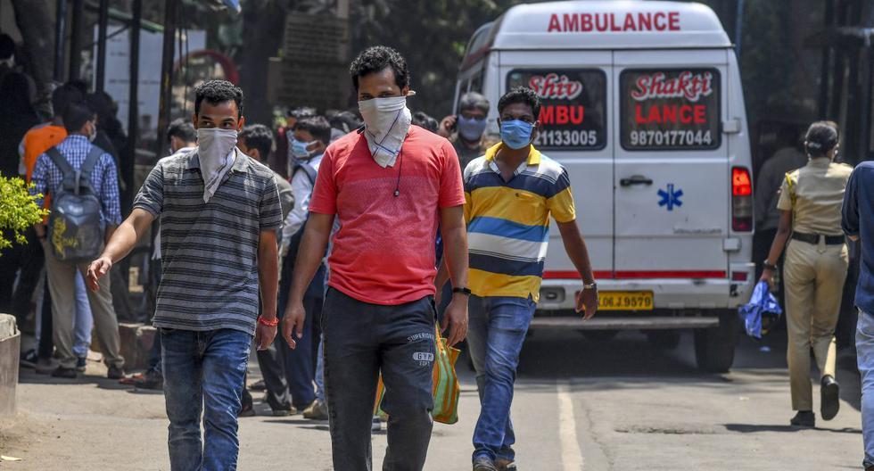 Imagen referencial. Las personas que usan mascarillas en medio de la preocupación por la propagación del nuevo coronavirus (COVID-19) salen de un hospital en Bombay. (Indranil MUKHERJEE / AFP).