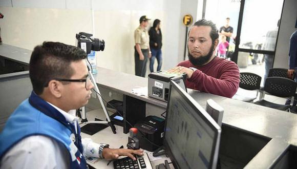El ministro del Interior, Mauro Medina, remarcó que, ante la carga de ciudadanos extranjeros, el local cuenta con 10 módulos de atención y que hay un ambiente destinado solo para poblaciones vulnerables. (Foto: Difusión)