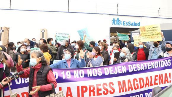 Grupo de asegurados protestó esta mañana contra cierre de establecimiento de salud. (Foto: Municipalidad de Magdalena)