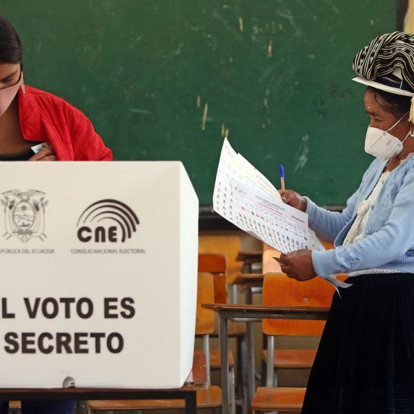 Ecuador celebra segunda vuelta en medio de la incertidumbre y con dos candidatos muy polarizados