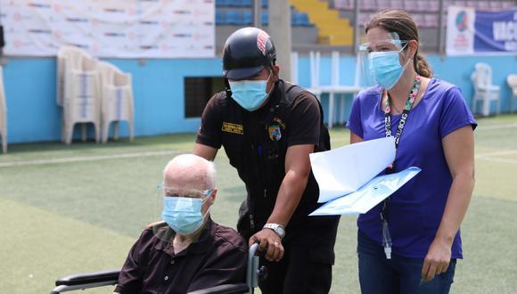 Agentes municipales prestan ayuda todos los días en las jornadas de vacunación para los vecinos.