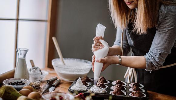 Víctor Tarazona, Chef pastelero y fundador de Sugarlab Pastelería Creativa, nos enseña a preparar el cupcake con trufa de pisco con Pisco Gran Cruz y el cupcake inspirado en nuestro postre de antaño, el arroz con leche. (Foto: Getty Images)