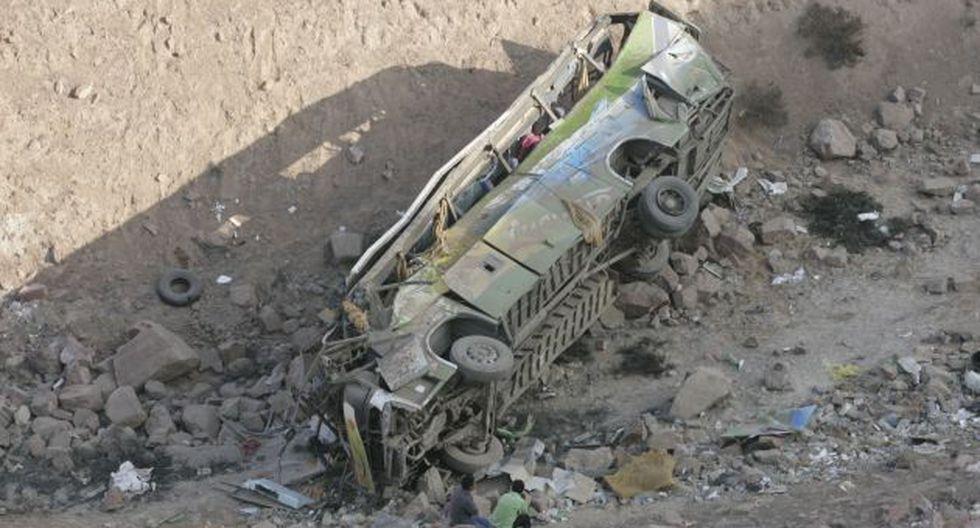 TRAGEDIA EN CAMANÁ. Ómnibus se precipitó a barranco de unos 150 metros. (Heiner Aparicio)