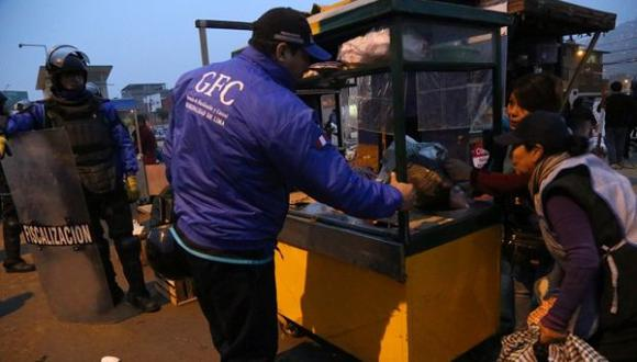 Personal de la Municipalidad de Lima procedió a la retención de la mercadería de los ambulantes. (Difusión)