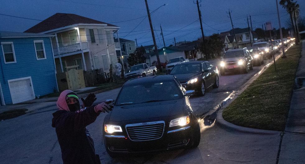 Los residentes hacen fila en sus vehículos para ingresar a un centro de calentamiento y refugio después de las temperaturas invernales récord, ya que los medios locales informan que la mayoría de los residentes no tienen electricidad, en Galveston, Texas, Estados Unidos, el 17 de febrero de 2021. (REUTERS/Adrees Latif).