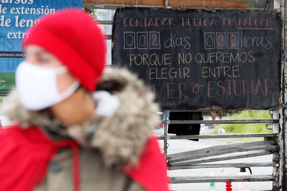 Fotografía de un tablero que cuenta los días de la huelga de hambre que realizan manifestantes en la Universidad Nacional de Colombia hoy, en Bogotá. (EFE/ Carlos Ortega)