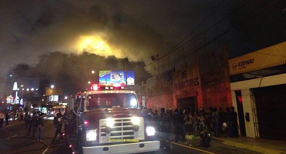 Unas 15 unidades de los bomberos atienden la emergencia en la cuadra 7 de la Av. La Marina. (@DjAlejandroponc)