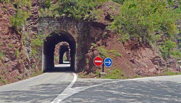 Se viralizó en Facebook el truco de unos trabajadores para hacer que su camión pase por un estrecho túnel. (Foto: Referencial/Pixabay)