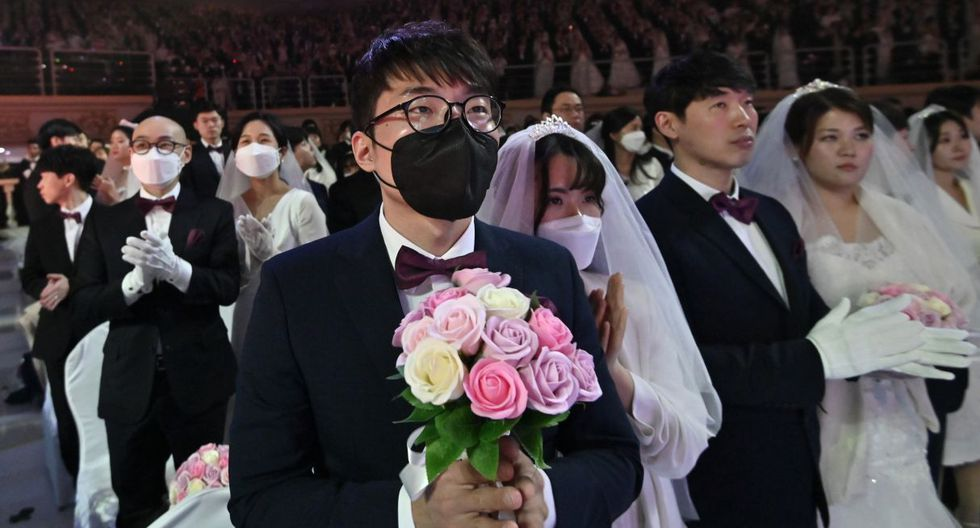 Cerca de 6.000 parejas de 64 países, muchas con mascarillas sanitarias, dijeron que sí el viernes en Corea del Sur durante un matrimonio colectivo organizado por la Iglesia de la Unificación, fundada por Sun Myung Moon, (AFP).