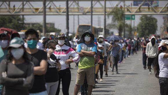 Largas colas durante la cuarentena a la espera de cobrar un subsidio. (Foto: Anthony Niño de Guzman/GEC)