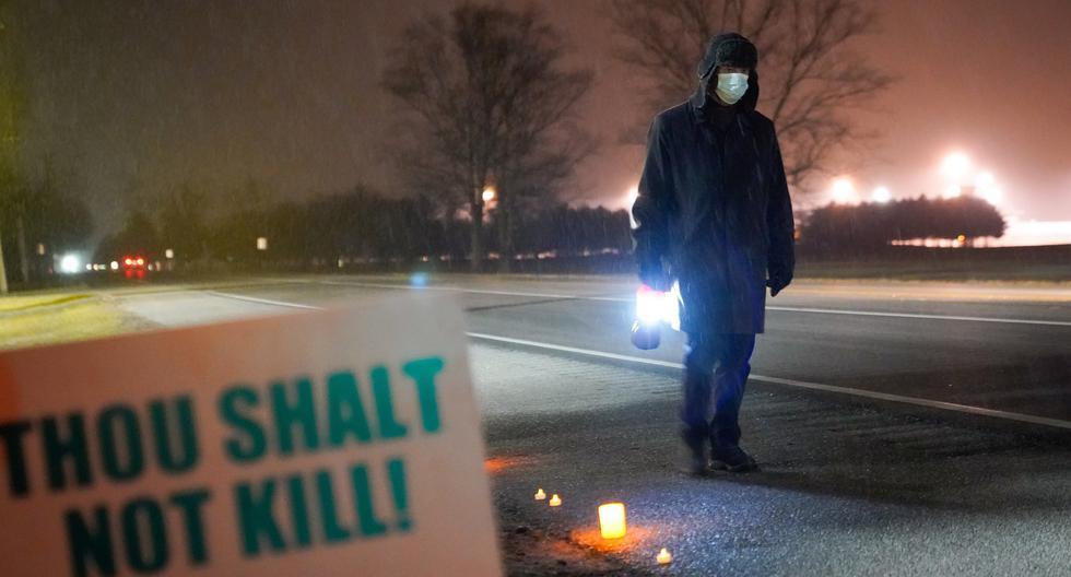 Imagen referencial. Una persona protesta por la ejecución de Dustin Higgs, fuera de la Penitenciaría de los Estados Unidos en Terre Haute, Indiana, Estados Unidos, el 15 de enero de 2021. (REUTERS/Bryan Woolston).