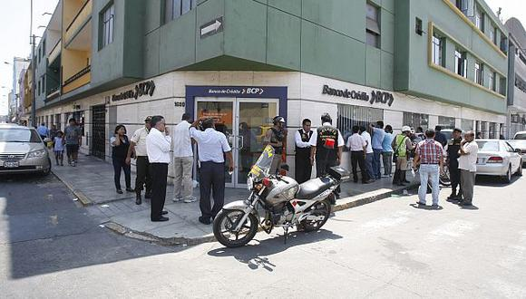 Maleantes no pudieron asaltar un banco y huyeron en dos motocicletas. (USI)