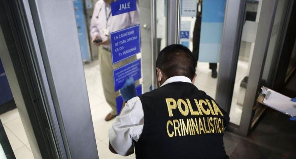 Vigilante de banco frustra robo tras enfrentarse a 'marcas'.