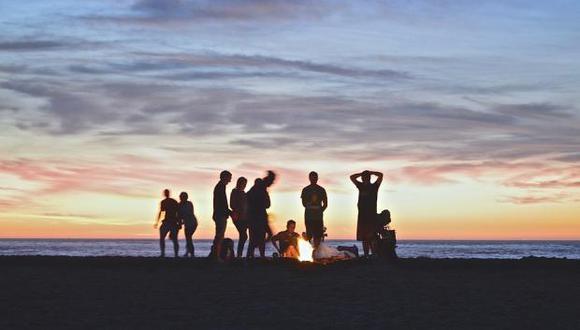 No hay nada mejor que coronar tu campamento en la playa con una fogata. (Foto: Pixabay)