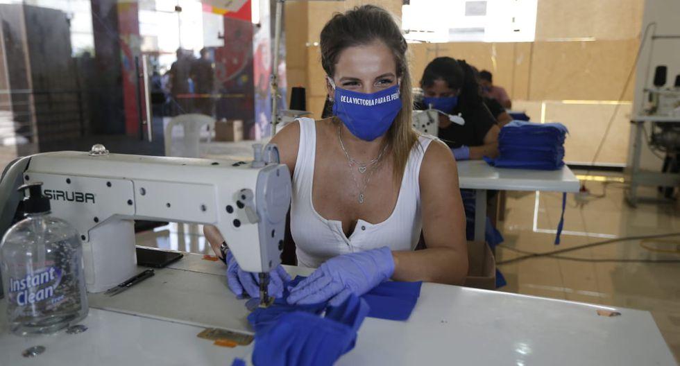 Alejandra Baigorri confecciona mascarillas. ( Francisco Neyra/GEC)