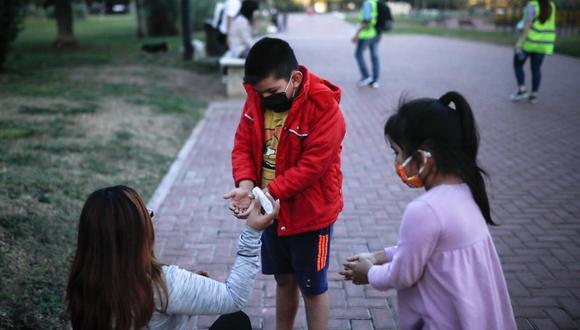 El Minsa emitió una alerta epidemiológica, la cual indica que los menores que residen en distritos y departamentos con alto riesgo no deberán salir al paseo diario dispuesto por el Gobierno. (Foto: EFE)