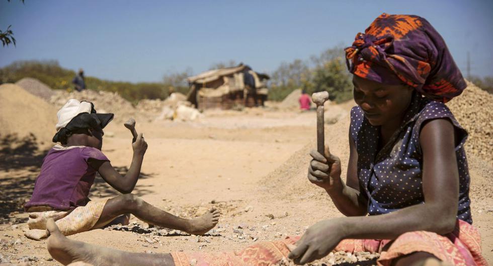 Una niña y una mujer trabajan en las extracción del cobalto en Congo. (Foto:  AFP)