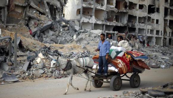 Palestinos intentan realizar sus actividades diarias. (Reuters)