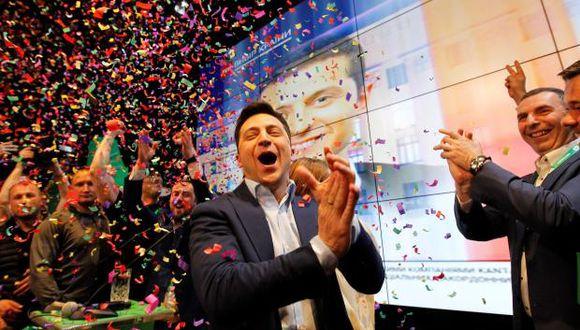 El actor, humorista y candidato presidencial ucraniano, Volodímir Zelenski, reacciona en la sede de su partido durante las elecciones generales este domingo en Kiev, Ucrania. (Foto EFE)
