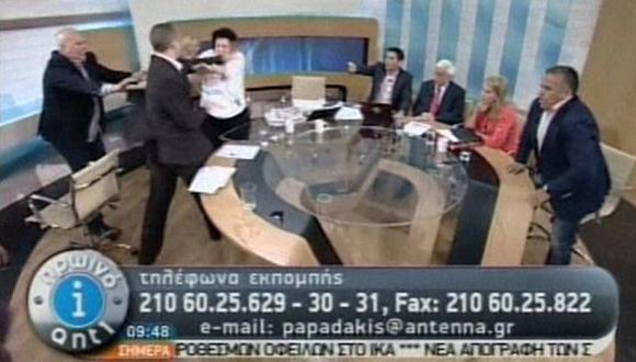 COBARDE. Momento en que Kasidiaris abofetea a Liana Kanelli, candidata del Partido Comunista. (Reuters)