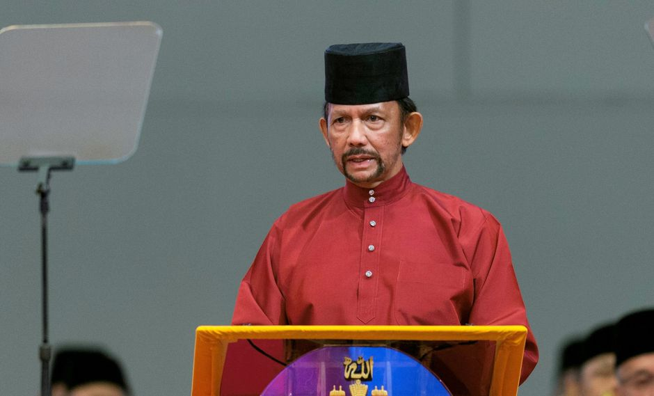El sultán Hassanal Bolkiah de Brunéi pidió que se fortalecieran las enseñanzas islámicas y las penas para los que las incumplen, lo que ha causado la condena mundial. (Foto AFP)