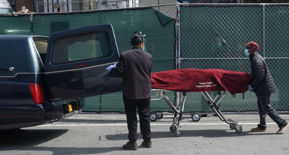 Esta foto del 8 de abril muestra a trabajadores de una funeraria trasladando un cadáver fuera de un hospital en Brooklyn, Nueva York. (Foto: Bryan R. Smith / AFP)