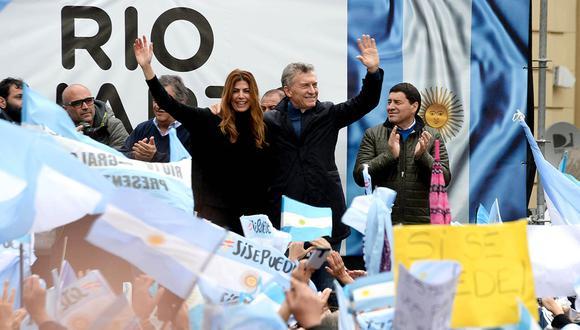 El presidente de Argentina, Mauricio Macri, y su esposa, Juliana Awada, mientras saludan durante un acto electoral en la ciudad de Río Cuarto, en la provincia de Córdoba. (Foto: AFP)