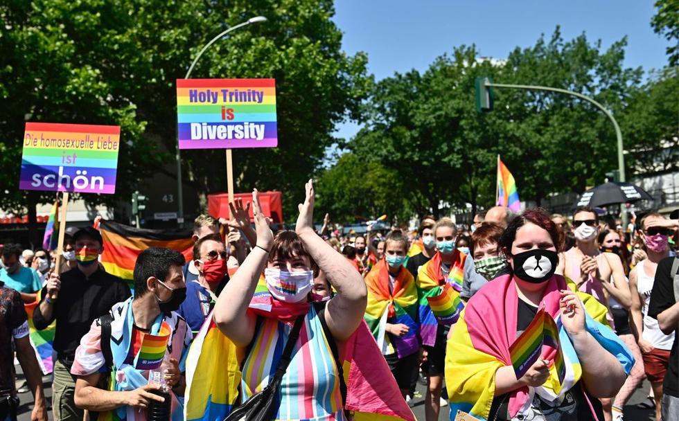 Una marcha con varios miles de asistentes y que recorrió este sábado varias calles del centro de Berlín conmemoró el Orgullo LGTBIQ+.  (AFP/TOBIAS SCHWARZ).
