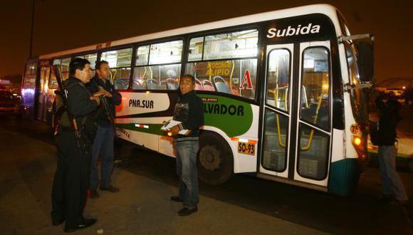 PÁNICO. Los pasajeros se escondieron bajo los asientos para no ser impactados por las balas. (USI)