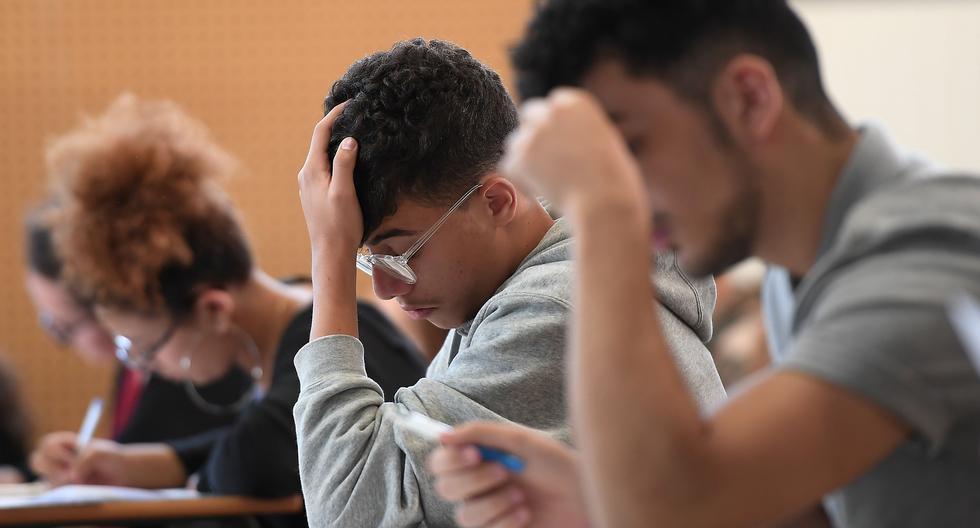 Los estudiantes de secundaria trabajan en una disertación de filosofía de 4 horas, que da inicio al examen de bachillerato general francés para ingresar a la universidad, el 18 de junio de 2018 en el lycee Pasteur en Estrasburgo, este de Francia. (AFP / FREDERICK FLORIN).