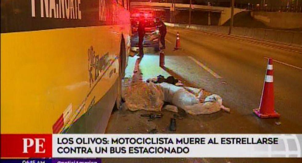 Motociclista murió al estrellarse contra un bus estacionado en la Panamericana Norte (Captura: América Noticias)