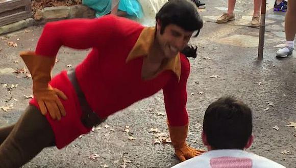 Personaje de Disney puso en ridículo a turista. (YouTube)