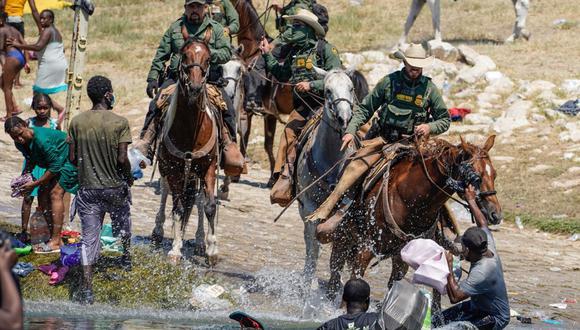 Agentes de la patrulla fronteriza usaron su caballos para enfrentar a los migrantes en Del Río, Texas. (Foto: Paul Ratje / AFP)