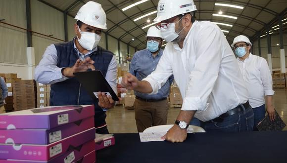 El ministro de Educación, Ricardo Cuenca, supervisó los trabajos de verificación, rotulado y personalización de las tablets antes de ser remitidos a los colegios del país.