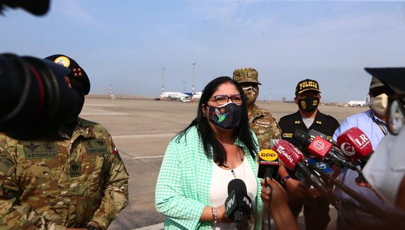 La titular de Defensa pidió respetar el luto de las familias de las víctimas. (Foto archivo GEC)