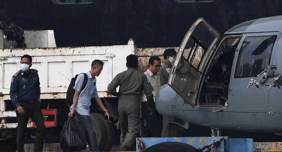Un médico camboyano lleva muestras de personas a bordo del crucero Westerdam a un helicóptero en Sihanoukville el 18 de febrero de 2020. (AFP).